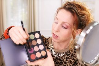 Women teaches how to wear eyeshadow